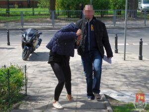 Miała przed domem kradzione auto. Przy łóżku nielegalną broń