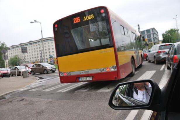 "Autobus stanął ""pod prąd"" Pit /warszawa@tvn.pl"