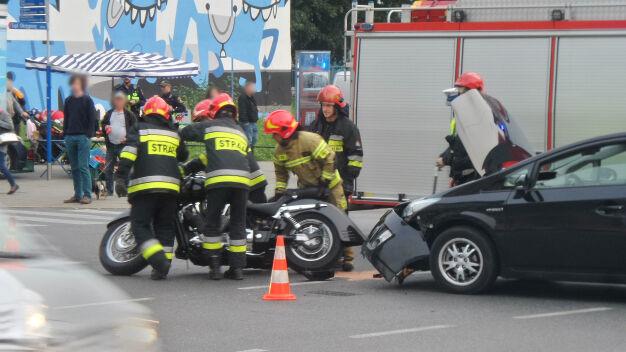 Motocyklista zderzył się z autem na Woli