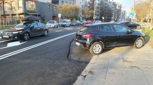 Nowy asfalt wylany wokół samochodów. Absurdalny efekt remontu