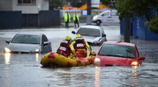 Deszcz zalał drogi w Australii, samochody znalazły się pod wodą