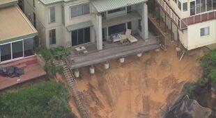 Widok z drona na podmyte domy na wybrzeżu Australii