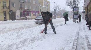 W Lublinie zalegają zwały śniegu (TVN24)